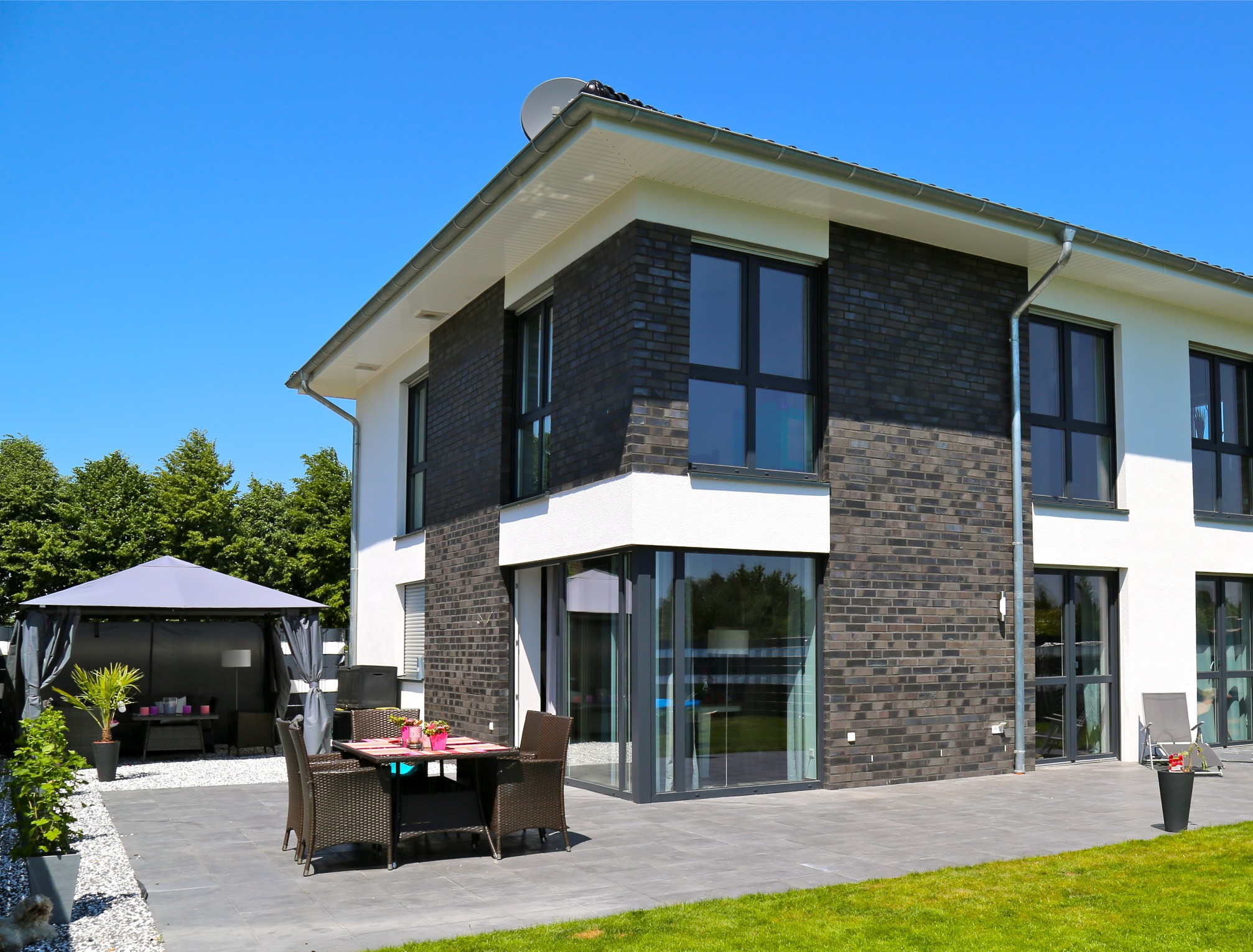 stadtvilla mit garage stadtvilla mit pultdach und garage harmona dialuxe musterhaus. Black Bedroom Furniture Sets. Home Design Ideas